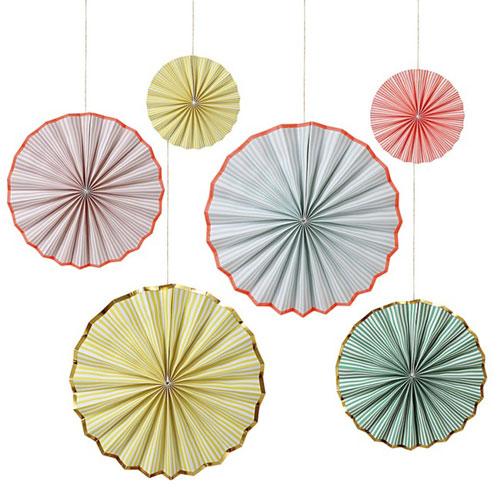6 fans con rayas de colores diseñados por Meri Meri.