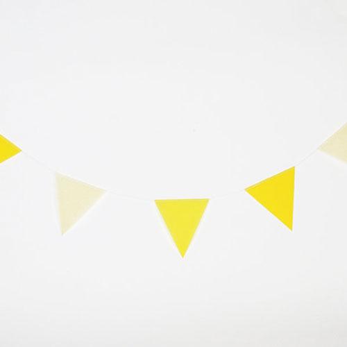 Guirnalda de 3 metros de papelcon banderas en forma de triángulos en color amarillo diseñada por My Little Day
