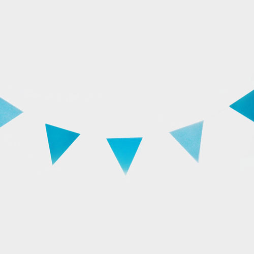 Guirnalda de 3 metros de papelcon banderas en forma de triángulos, en color azul diseñada por My Little Day