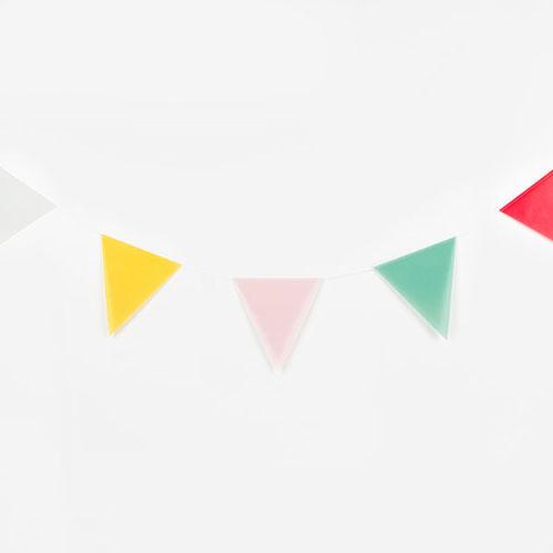 Guirnalda de 3 metros de papelcon banderas multicolor en forma de triángulos diseñada por My Little Day.