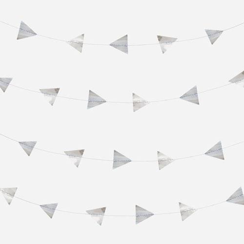 Guirnalda de 5 metros de papel brillante con triángulos plateados diseñada por My Little Day.