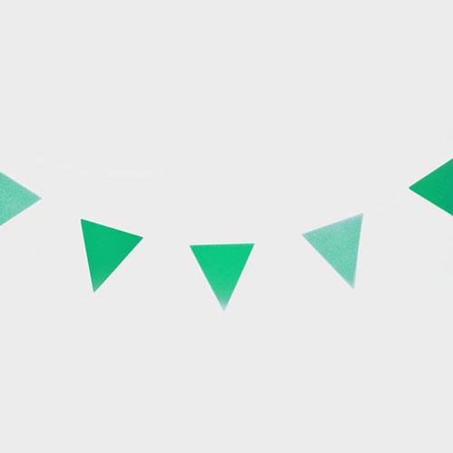 Guirnalda de 3 metros de papelcon banderas en forma de triángulos en color verde diseñada por My Little Day