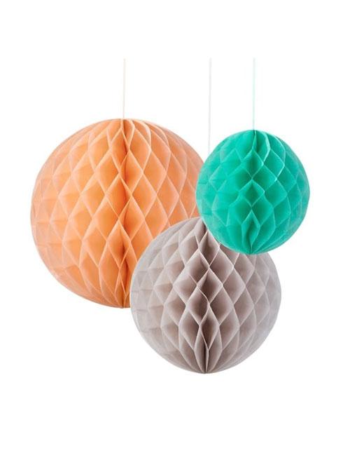 Kit de 3 Honeycombs o, bola nido de abeja, en tres tonalidades, verde menta, gris y melocotón, diseñados por Talking Tables.