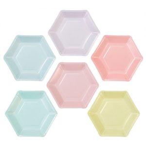 Platos de 16 por 18 centímetros en forma hexagonal en colores pastel variados diseñados por Talking Tables