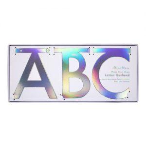Guirnalda con las letras del abecedario en color iridiscente diseñada por Meri Meri.