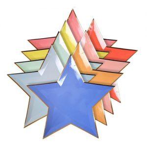 Plato en forma de estrella en diferentes colores con el borde dorado diseñados por Meri Meri