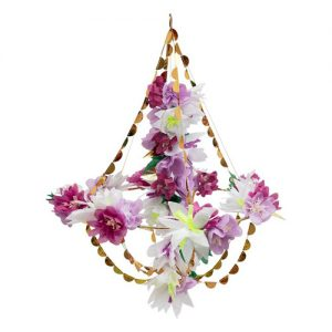 Chandelier o lámpara de araña en tonos pastel y lila diseñada por Meri Meri