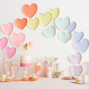 8 platos pequeños de cartón, en forma de corazón en varios colores y con borde dorado diseñados por Meri Meri.