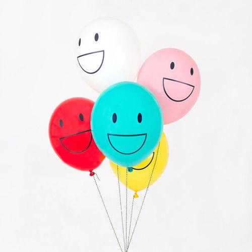 5 globos con caras felices en color verde, rosa, blanco amarillo y rojo, diseñados por My Little Day.