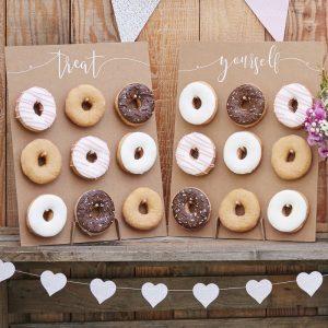 La pared de donuts tiene un acabado rústico y elegante, el acabado perfecto para una boda en el campo.