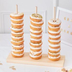 El soporte viene con 3 clavijas de madera para apilar tus donuts.Y tiene una capacidadalrededor de 30 a 35 donuts.
