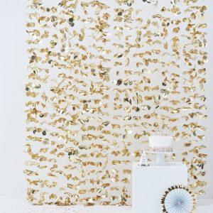 Cortina en color dorado con redondas.Esta cortina permite crear divertidos espacios y darles un toque festivo.Se puede poner de fondo para crear un photocall.