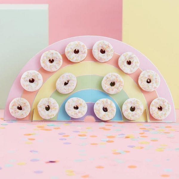 Esta fabulosa pared de donuts de arco iris es una excelente alternativa a un pastel Llena la pared con donuts y sorprende a todos los invitados