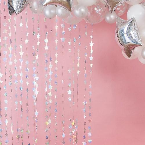 Cortina en color plateado con estrellas.Esta cortina permite crear divertidos espacios y darles un toque festivo.Se puede poner de fondo para crear un photocall.