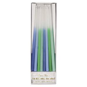 16 velas con 4 tonos de azul diferentes. diseñadas por Meri Meri. Estas velas son ideales para tu pastel.