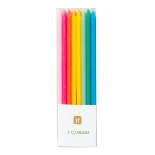 Estas velas de arco iris son perfectas para agregar altura a un pastel de cumpleaños. Cada paquete contiene 16 velas largas con sostenedores. Estas velas son ideales para tu pastel de cumpleaños.